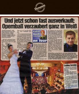 Uwe Herrmann hat ein weißes Kleid entworfen, raffiniert drapiert und mit Strass-Applikationen verziert - Hochzeitsmode Dresden - Uwe Herrmann