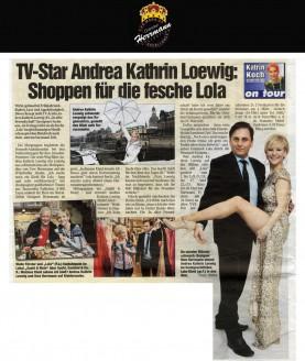 Da werden Männer schwach: Designer Uwe Herrmann nimmt Andrea Kathrin Loewig im hochgeschlitzten Lola-Kleid in den Arm - Hochzeitsmode Dresden - Uwe Herrmann