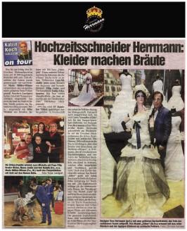 Modedesigner Uwe Herrmann mit dem goldenen Hochzeitskleid - Hochzeitsmode Dresden - Uwe Herrmann